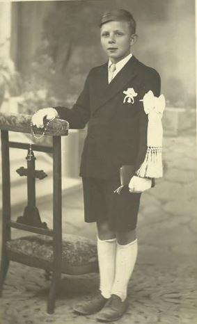 COMMUNIANT des années 1935-40 : brassard,cachet dans la poche du veston,chapelet, missel.
