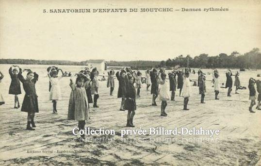 Sanatorium d'Enfants du Moutchic. DANSES RYTMEES SUR LA PLAGE.
