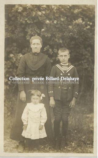 DES GENS DANS LEURS ATOURS VERS 1900 POSENT POUR LA PHOTO