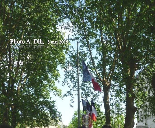 CAYCHAC, 8.05.2015, drapeaux claquant au vent pendant la Marseillaise.