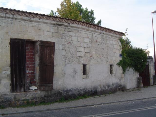 Grande Porte fenêtre murée du château Cambon