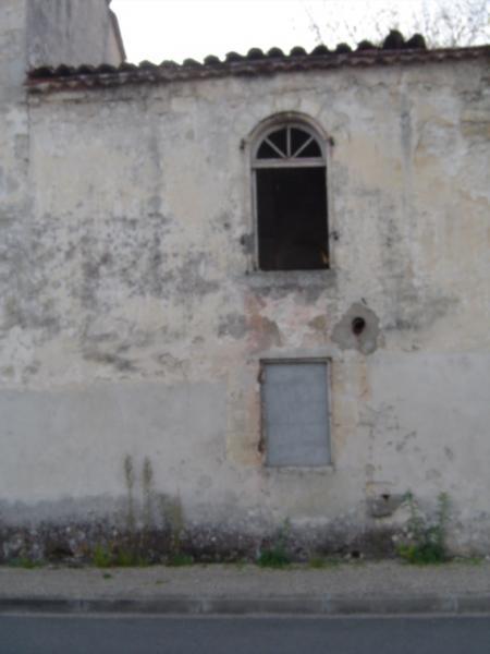 Fenêtre délabrée du Château Cambon, 2011.