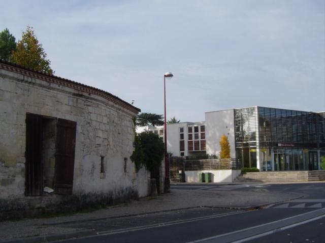 Mur du château Cambon, et portail métallique porte des junkies. 2011.