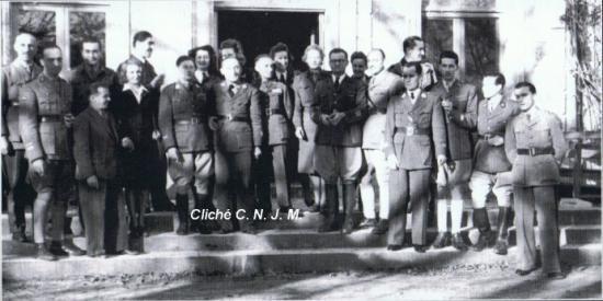 Le Colonel Milleret (Carnot) à Tanaïs en 1944, sur le perron du château.