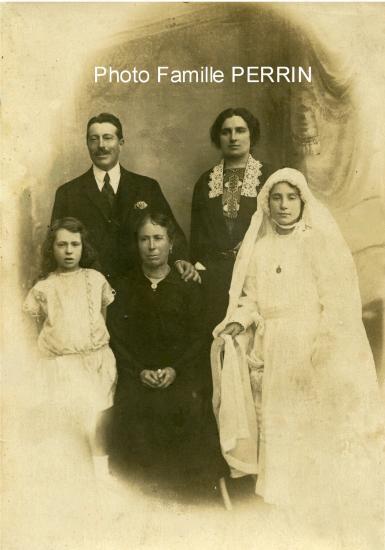 Jeanne à Parempuyre en 1925, avec ses Parents (café Mirtin) sa soeur et sa grand mère Anna Chauvin