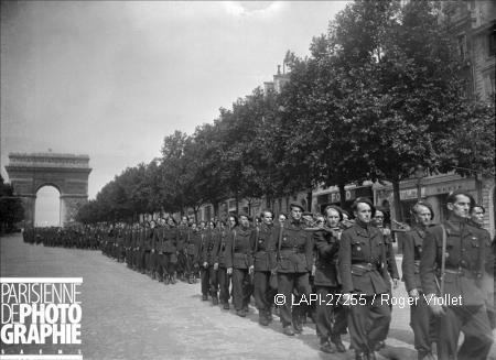 Troupe de la Milice défilant sur les Champs-Elysées 1944.