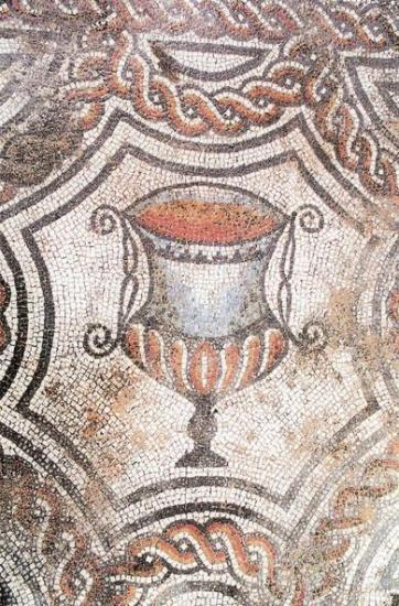Mosaïque (emblema représentant un canthare rempli de vin) du triclinium d'une villa gallo romaine de St Paul les Fonts (30).