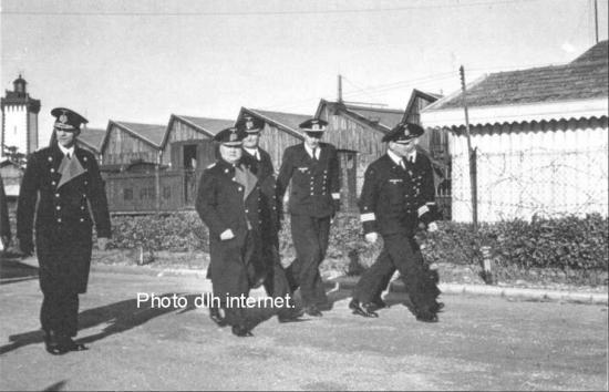Groupe d'officiers de la Kriegsmarine derrière eux le phare de Grave.