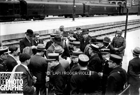 Paris -Austerlitz mai 1941, départ vers camps d'internement  région d'Orléans, à droite soldat allemand.