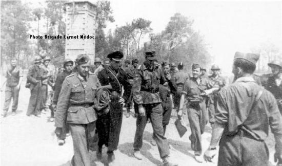 Le capitaine de corvette Birnbacher et des prisonniers allemands aux Huttes.