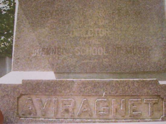 Gros plan de la tombe de Elysée Aviragnet