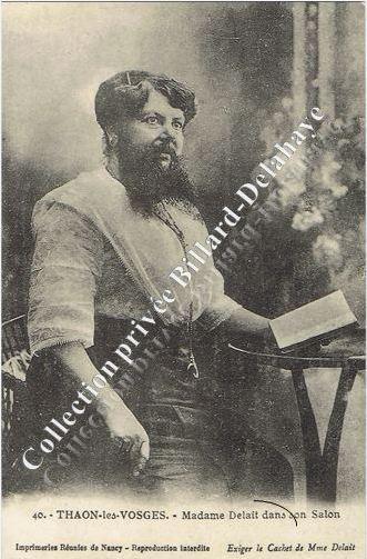 La femme à barbe, une des attractions des Quinconces.