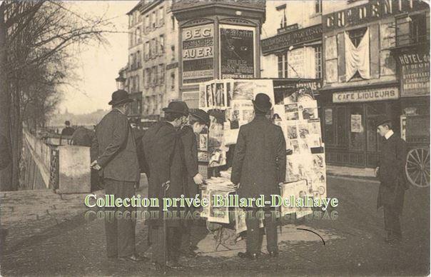 LE MARCHAND DE JOURNAUX VERS 1900. Les passants lisent les nouvelles;