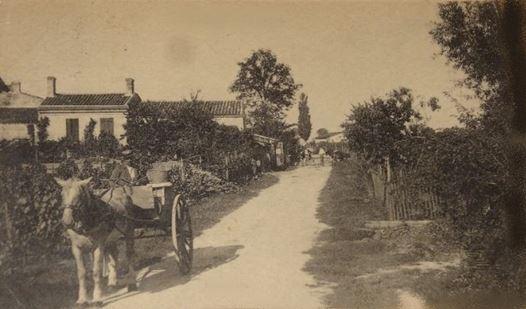 La rue de l'Abbé Raby à Cachac avait cet aspect. Une route d'un village vers 1950.