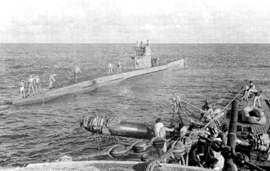 Transbordement d'une torpille, mission délicate, en plein océan..